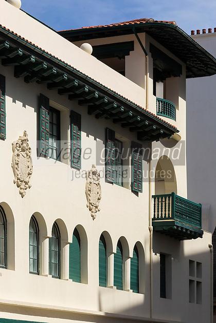 France, Aquitaine, Pyrénées-Atlantiques, Pays Basque, Biarritz: Immeuble art déco  en face du casino  //  France, Pyrenees Atlantiques, Basque Country:  art deco building in front city casino