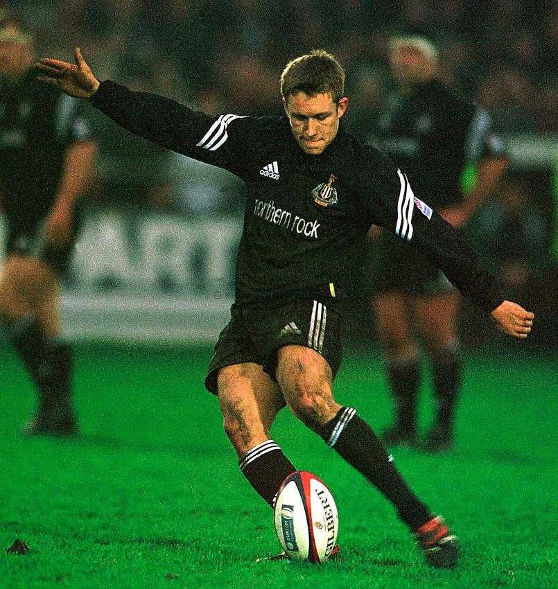 .Newcastle's Jonny Wilkinson - kicking a penalty.. ...........