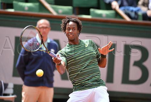 01.06.2015. Roland Garros, Paris, France. Day nine of the 2015 French Open 2015 in Paris, France. Gael Monfils (fra) versus Roger Federer (sui). Federer won in 3 sets 6-3 4-6 6-4 6-1.