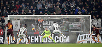 Goal Gonzalo Higuain Calcio, Serie A: Juventus vs Roma. Torino, Juventus Stadium,17 dicembre 2016. <br /> Juventus&rsquo; Gonzalo Higuain second from right, kicks to score the winning goal during the Italian Serie A football match between Juventus and Roma at Turin's Juventus Stadium, 17 December 2016.<br /> UPDATE IMAGES PRESS/Isabella Bonotto
