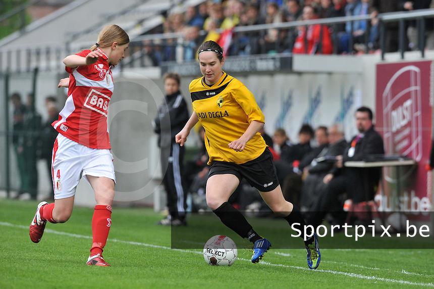 Bekerfinale 2012 : WD Lierse SK - Standard Femina :.Kristien Elsen aan de bal voor Julie Biesmans (links).foto David Catry / Joke Vuylsteke / Vrouwenteam.be