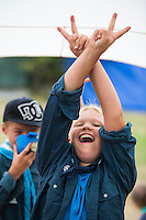 20140805 Vilda-l&auml;ger p&aring; Kragen&auml;s. Foto f&ouml;r Scoutshop.se<br /> tv&aring; en i bakgrund dricker fr&aring;n k&aring;sa f&ouml;rgrund Peace tecken scoutskorta t&auml;lt