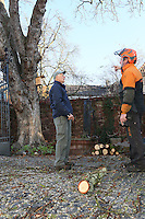 Alfred Kunert vom NABU und Uwe Schaffner besprechen die Arbeiten