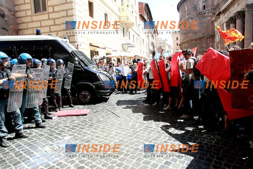 """Scontri tra polizia e manifestanti.Roma 14/06/2012 Manifestazione degli studenti """"Blockupy Pantheon"""" per protestare contro la riforma Fornero sul Lavoro..Photo Samantha Zucchi Insidefoto"""