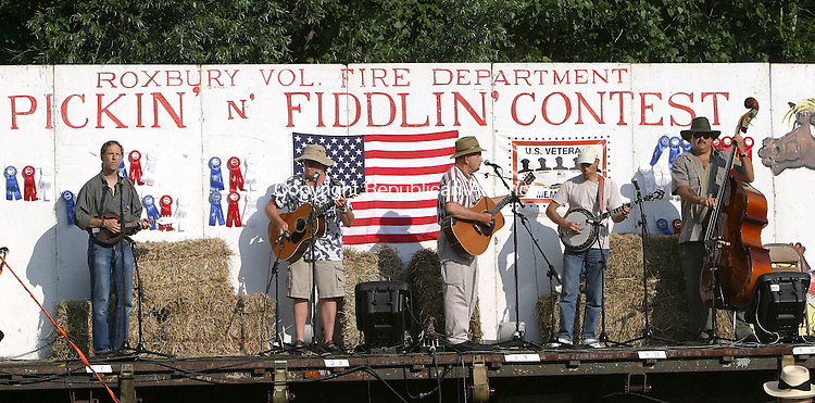 ROXBURY, CT 7/14/07- 071407BZ15-  The group &quot;XXIX Time Out&quot;- Eric Feucht, Eric Sizensky, Frank Kurtz, Alan Rogoff, and Bill McCasland- performs at the 33rd Annual Roxbury Pickin' and Fiddlin' Contest  at Hurlburt Park Saturday. <br /> Jamison C. Bazinet Republican-American
