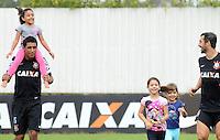 SÃO PAULO,SP,23 MARCO 2013 - TREINO CORINTHIANS.  Paulinho , Douglas e suas filhas durante treino do Corinthians no CT Joaquim Grava, no Parque Ecologico do Tiete, zona leste de Sao Paulo, na manha deste sabado . O time se prepara para o jogo  contra o  Guarani em Campinas,  jogo valido pelo paulistao 2013. FOTO ALAN MORICI - BRAZIL FOTO PRESS