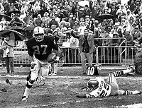 Oakland Raiders Raymond Chester grab TD pass against Roosevelt Taylor of the San Francisco 49ers,<br />