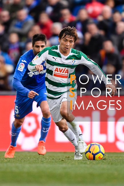 Takashi Inui of SD Eibar (R) in action against Markel Bergara of Getafe CF (L) during the La Liga 2017-18 match between Getafe CF and SD Eibar at Coliseum Alfonso Perez Stadium on 09 December 2017 in Getafe, Spain. Photo by Diego Souto / Power Sport Images