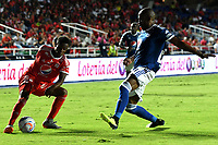 CALI - COLOMBIA, 25-08-2018: Kevin Viveros (Izq.) jugador de América, disputa el balón con Anier Figueroa (Der.) jugador de Millonarios, durante partido entre América de Cali y Millonarios de la fecha 6 por la Liga Aguila II 2018, jugado en el estadio Pascual Guerrero de la ciudad de Cali. / Kevin Viveros (L) of player of America, vies for the ball with Anier Figueroa (R) player of Millonarios, during a match between America de Cali and Millonarios of the 6th date for the Liga Aguila II 2018 at the Pascual Guerrero stadium in Cali city. Photo: VizzorImage / Nelson Rios / Cont.