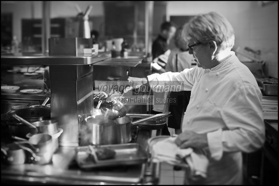 Europe/France/Pays de la Loire/44/Loire-Atlantique/La Plaine-sur-Mer:Philippe Vétélé, en cuisine à Hôtel-Restaurant: Anne de Bretagne, port de la Gravette - Cuisson du Homard  // France, Loire Atlantique, La Plaine sur Mer: Philippe Vetele in kitchen Hotel Restaurant Anne of Brittany, port Gravette, Cooking Lobster <br /> [Non destiné à un usage publicitaire - Not intended for an advertising use]