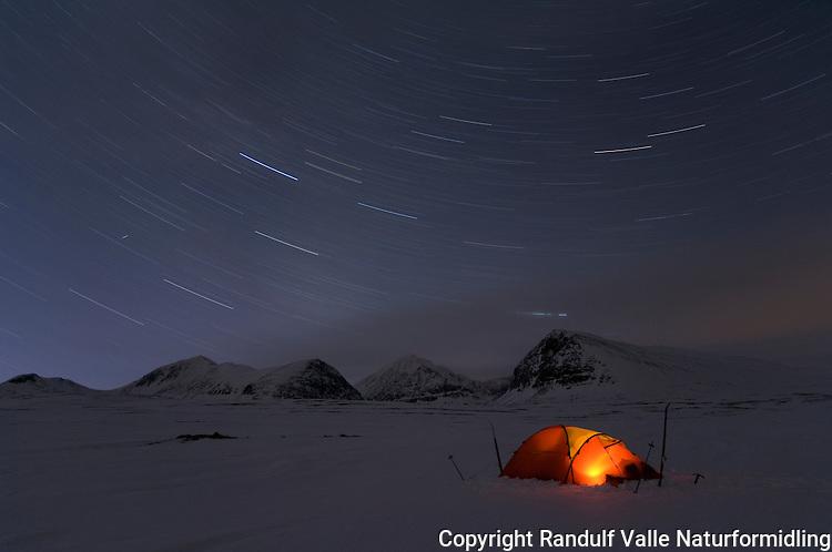 Telt i Rondane. Stjernebaner i bakgrunnen. Storsmeden i midten ---- Tent in Rondane star trails in the background Storsmeden is the mountain in center