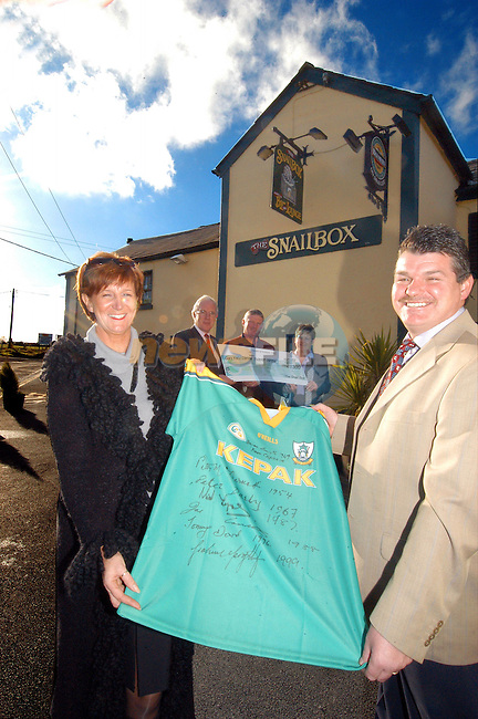 Ann and Philip Foster Snail Box Pub who paid Û1400.00 euro for the signed Meath Jersey (Signed by all the past winning captains) in Aid of the Gary Kelly cancer support centre in Drogheda. The Jersey was donated by Michael Scully navan Gas (centre Back) to be Auctioned at the Ready Steady Cook night organised by the Social Committedd of Flo Gas in Drogheda Pictured Holding the Cheque from the Fosters, Micheal Doherty and Ann Reid of Flogas...Photo Fran Caffrey Newsfile.ie..This Picture has been sent to you by Newsfile Ltd..The Studio,.Millmount Abbey,.Drogheda,.Co. Meath,.Ireland..Tel: +353(0)41-9871240.Fax: +353(0)41-9871260.ISDN: +353(0)41-9871010.www.newsfile.ie..general email: pictures@newsfile.ie