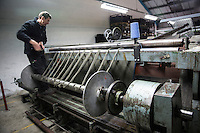 Harris Tweed Hebrides, the award-winning company based at Shawbost on the west coast of the Isle of Lewis, now accounts for around 90 per cent of Harris Tweed production. Export everywhere.  Harris Tweed Hebrides produce circa il 90% di tutto il tweed esportando in tutto il mondo<br /> Un operaio al lavoro