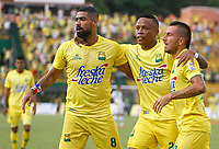FLORIDABLANCA - COLOMBIA -02-04-2017: Jugadores del Atlético Bucaramanga celebran después de a anotar un gol a Deportivo Cali durante partido por la fecha 11 de la Liga Águila I 2017 jugado en el estadio Álvaro Gómez Hurtado de la ciudad de Floridablanca. / Players of Atletico Bucaramanga celebrate after scoring a goal to Deportivo Cali during match for the date 11 of the Aguila League I 2017 played at Alvaro Gomez Hurtado stadium in Floridablanca city. Photo: VizzorImage / Duncan Bustamante / Cont