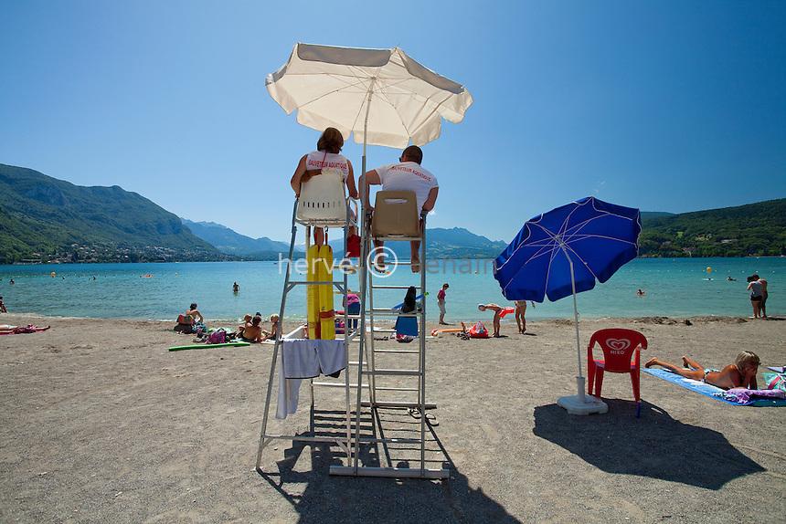 France, Haute-Savoie (74), Anneçy-le-Vieux, plage d'Albigny surveillée par les maîtres nageurs sauveteurs // France, Haute-Savoie, Anneçy-le-Vieux, beach of Albigny watched by the lifeguards