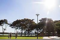 CURITIBA, PR, 28.01.2014 – CLIMA TEMPO/ TEMPERATURA/CURITIBA -  Frequentadores do parque aproveitam a tarde de terça-feira(28), os termômetros na capital paranaense, Curitiba chegaram a registrar 34ºC, temperatura mais alta do ano.(FOTO: PAULO LISBOA  / BRAZIL PHOTO PRESS)