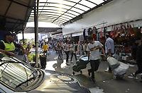 SAO PAULO, SP, 08 DE MAIO DE 2013 - LIMINAR FEIRA DA MADRUGADA - Comerciantes da Feira da Madrugada, no Bras, região central, deixavam o local por ordem da prefeitura qunado uma liminar,  que impede o fechamento imediato chegou pelas mãos de um advogado, na tarde desta quarta feira, 08. (FOTO: ALEXANDRE MOREIRA / BRAZIL PHOTO PRESS)