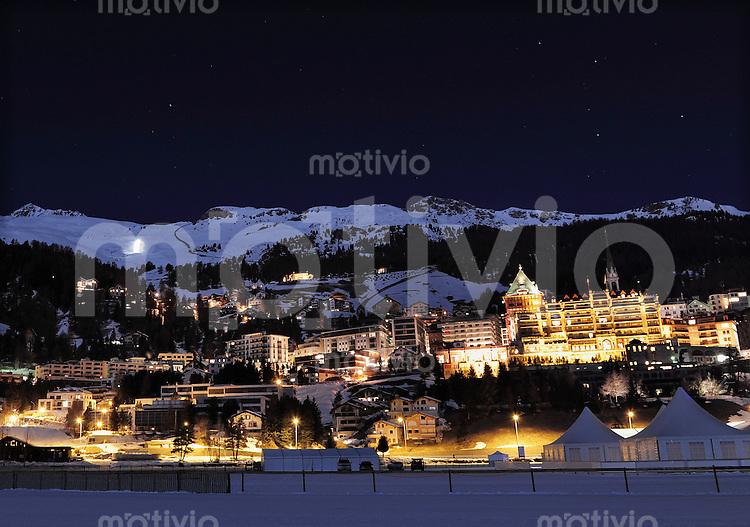 St. Moritz 19.02.2011 Eine Nachtansicht von St. Moritz-Dorf mit dem Palace Hotel (re)