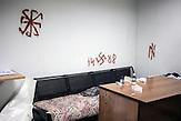 Hakenkreuzschmierereien in einem Kellerzimmer , Mitglieder des Pravyj Sektor im besetzten Postgebäude in Kiew / Members of the Prawy Sektor in an occupied postoffice.