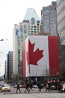 Olympiastadt Vancouver 2010..Kanadische Flagge über die gesamte Fläche einer Hauswand auf der Georgia Street.