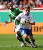 FUSSBALL   DFB POKAL   SAISON 2011/2012  1. Hauptrunde FC Heidenheim - Werder Bremen              30.07.2011 Aaron Hunt (li, SV Werder Bremen)   gegen Tobias Ruehle (re, 1 FC Heidenheim 1846)