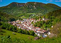 Frankreich, Bourgogne-Franche-Comté, Département Jura, Salins-les-Bains: Stadt im Tal der Furieuse, die frueher von der Salzgewinnung lebte und heute einen sanften Tourismus foerdert und ein eigenes Sole Thermalbad hat. Die Grosse Saline von Salins-les-Bains wurde 2009 von der UNESCO zum Weltkulturerbe ernannt. Blick auf die Oberstadt | France, Bourgogne-Franche-Comté, Département Jura, Salins-les-Bains: hot spring resort with termal bath in Furieuse Valley. La Grande Saline - a museum of salt - is a UNESCO World Heritage Site since 2009