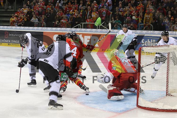 Nuernbergs Yasin Ehliz (Nr.42) prueft Duesseldorfs Goalie Mathias Niederberger (Nr.35)  beim Spiel in der DEL Duesseldorfer EG (rot) - Nuernberg Ice Tigers (weiss).<br /> <br /> Foto &copy; PIX-Sportfotos *** Foto ist honorarpflichtig! *** Auf Anfrage in hoeherer Qualitaet/Aufloesung. Belegexemplar erbeten. Veroeffentlichung ausschliesslich fuer journalistisch-publizistische Zwecke. For editorial use only.