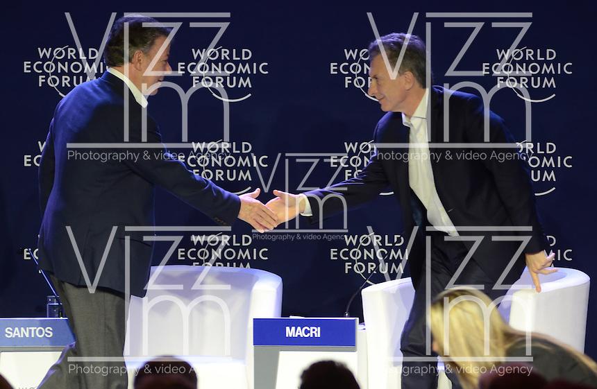 MEDELLÍN - COLOMBIA, 15-06-2016: Juan Manuel Santos, Presidente de Colombia, se saluda con Mauricio Macri, Presidente de Argentina, en el marco de la reunión anual del Foro Económico Mundial (WEF) en Medellin, Colombia. / Juan Manuel Santos, Colombia's President, shakes hands with Mauricio Macri, Argentinas's President, during World Economic Forum (WEF) anual meeting in Medellin, Colombia.  VizzorImage/ León Monsalve /Str