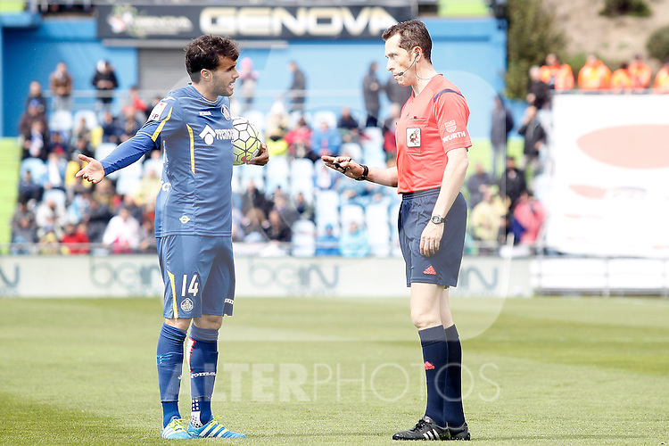 Getafe's Pedro Leon have words with the referee Gonzalez Gonzalez during La Liga match. April 16,2016. (ALTERPHOTOS/Acero)