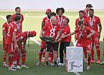 27.06.2020, Fussball: nph00001 1. Bundesliga 2019/2020, 34. Spieltag, VfL Wolfsburg - FC Bayern Muenchen, in der Volkswagen-Arena Wolfsburg. Siegerehrung nach dem Spiel: Der FC Bayern MŸnchen feiert den Gewinn der 30. Deutschen Meisterschaft. (L-R) Co-Trainer Hermann Gerland (Bayern MŸnchen), Trainer Hans-Dieter Flick (Bayern MŸnchen) und Thomas MŸller (Bayern MŸnchen) mit der Schale<br /><br />Foto: Bernd Feil/M.i.S./ /Pool/nordphoto<br /><br />Nur fŸr journalistische Zwecke! Only for editorial use! <br /><br />GemŠ§ den Vorgaben der DFL Deutsche Fussball: nph00001 Liga ist es untersagt, in dem Stadion und/oder vom Spiel angefertigte Fotoaufnahmen in Form von Sequenzbildern und/oder videoŠhnlichen Fotostrecken zu verwerten bzw. verwerten zu lassen. DFL regulations prohibit any use of photographs as image sequences and/or quasi-video.    <br /><br />National and international NewsAgencies OUT.