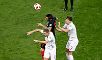 MOSCU - RUSIA, 11-07-2018: Mario MANDZUKIC (C) jugador de Croacia disputa el balón con Jordan HENDERSON (Izq) and John STONES (Der) jugador de Inglaterra durante partido de Semifinales por la Copa Mundial de la FIFA Rusia 2018 jugado en el estadio Luzhnikí en Moscú, Rusia. / Mario MANDZUKIC (C) player of Croatia fights the ball with Jordan HENDERSON (L) and John STONES (R) players of England during match of Semi-finals for the FIFA World Cup Russia 2018 played at Luzhniki Stadium in Moscow, Russia. Photo: VizzorImage / Julian Medina / Cont