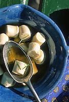 France/06/Alpes Maritimes/Nice/Arrière pays niçois: Détail de petits fromages de chèvre à l'huile d'olive