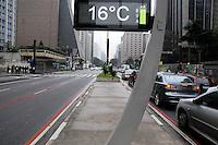 S&Atilde;O PAULO,SP - 26,07,2014 - CLIMA/TEMPO-AVENIDA PAULISTA- Com 16&deg; graus e tempo chuvoso, os paulistanos t&ecirc;m que recorrer aos agasalhos para manter a temperatura na Avenida Paulista.Regi&atilde;o central da cidade de S&atilde;o Paulo,na tarde desse S&aacute;bado,26<br /> (Foto:Kevin David/Brazil Photo Press)