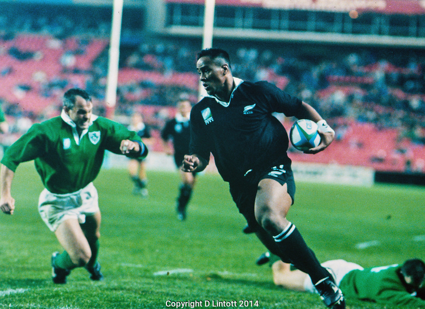 Jonah Lomu scores. NZ All Blacks v Ireland, Rugby World Cup 1995. 27 May 1995. Photo: Niels Schipper / Olympix.