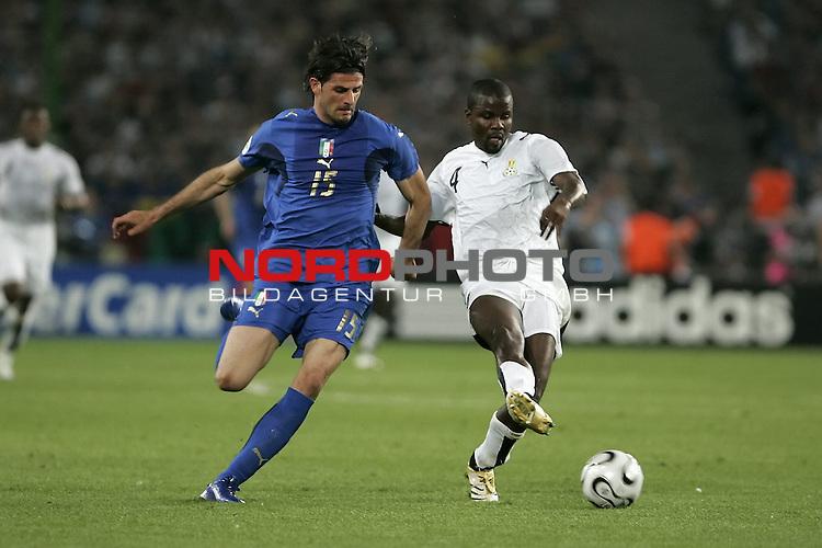 FIFA WM 2006 -  Gruppe E  Vorrunde ( Group E )<br /> Play #9 (12-Jun) - Italy vs Ghana 2:0<br /> <br />  IAQUINTA Vincenzo (li) auf dem Weg zu sienem Tor - KUFFOUR Samuel kann ihn nicht aufhalten<br /> <br /> Foto &copy; nordphoto