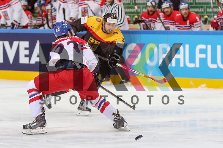 Deutschlands Rieder, Tobias (Nr.9)(Arizona Coyotes) im Zweikampf mit Tschechiens Nemec, Ondrej (Nr.23)(CSKA Moscow)  im Spiel IIHF WC15 Deutschland vs Tschechien.<br /> <br /> Foto &copy; P-I-X.org *** Foto ist honorarpflichtig! *** Auf Anfrage in hoeherer Qualitaet/Aufloesung. Belegexemplar erbeten. Veroeffentlichung ausschliesslich fuer journalistisch-publizistische Zwecke. For editorial use only.