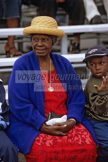 Iles Bahamas / New Providence et Paradise Island / Nassau: Femme lors du Défilé de la Fanfare de la Royal Bahamas Police Force Band lors de l'ouverture de la session de la cour suprème à Rawson Square