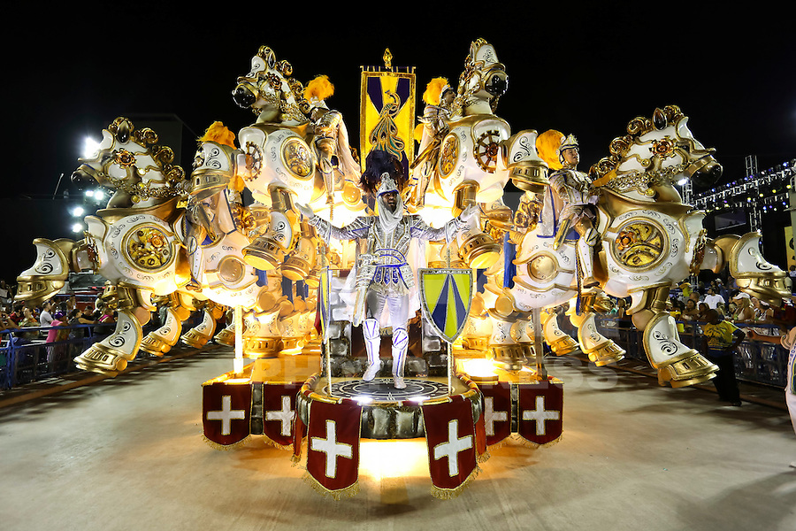 RIO DE JANEIRO, RJ, 17.02.2015 - CARNAVAL 2015 - RIO DE JANEIRO - GRUPO ESPECIAL / UNIDOS DA TIJUCA - Carro abre-alas da escola de samba Unidos da Tijuca durante desfile do grupo especial do Carnaval do Rio de Janeiro, na madrugada desta terça-feira, 17. (Foto: Gustavo Serebrenick / Brazil Photo Press)