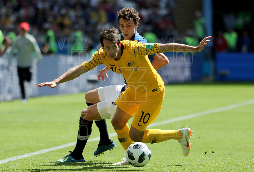 KAZAN - RUSIA, 16-06-2018: Robbie KRUSE jugador de Australia disputa el balón con Benjamin PAVARD jugador de Francia durante partido de la primera fase - Grupo C, Kazan Arena en Kazán como parte de la Copa Mundo FIFA 2018 Rusia. / Robbie KRUSE player of Australia vies for the ball with Benjamin PAVARD player of France during match of the first stage - Group C, Kazan Arena in Kazan as part of the 2018 FIFA World Cup Russia. Photo: VizzorImage / Julian Medina / Cont