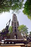 UTRECHT - In het centrum van Utrecht laadt Van Halteren Infra uit Bunschoten de damplanken uit voor de de bouwkuip voor de door Van Zoelen de bouwen Schatkamer Domplein II. In opdracht van Initiatief Domplein komt tussen de Domkerk en de Domtoren op 5 meter diepte een ondergrondse publiekscentrum van 350 m2 groot waarin de archeologische geschiedenis van Utrecht zichtbaar wordt. Ondermeer zullen de pijlerelementen zichtbaar worden die overbleven nadat het middenschip van de Dom in 1674 door een storm werd verwoest. Om beschadigingen aan de historisch omgeving te beperken worden de planken trillingvrij de bodem ingeduwd. COPYRIGHT TON BORSBOOM