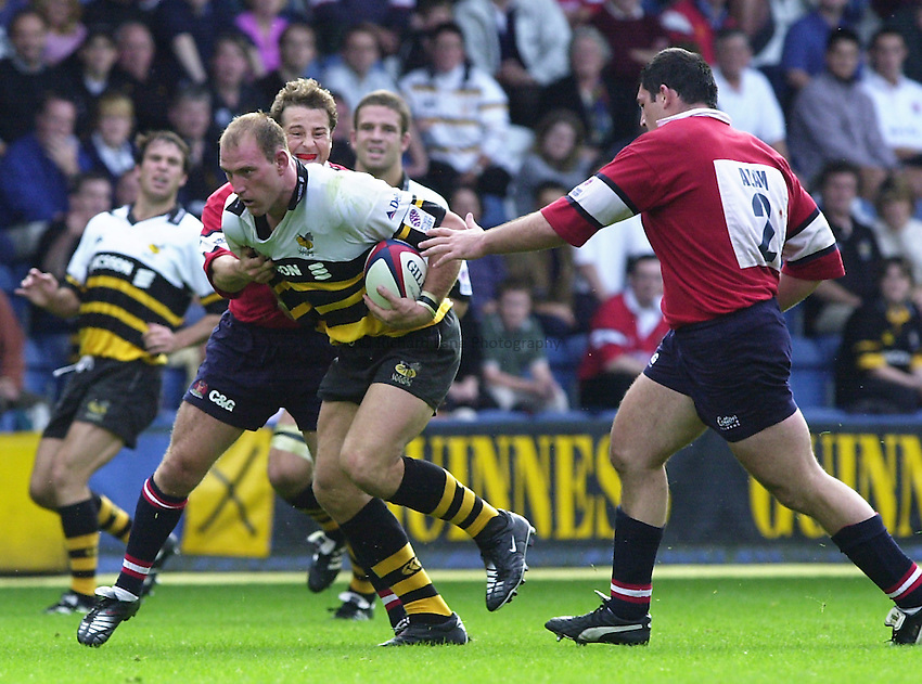 Photo. Richard Lane. .Wasps v Gloucester. Zurich Premiership. 17/9/2000.Lawrence Dallaglio beaks past Andy Gomarsall and Serge Simon.