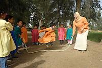 Egypte, Belbeis, 03 mei 2007.Sekem.Sekem kleuterklas speelt buiten.School, kindergarten. .Foto (c) Michiel Wijnbergh.
