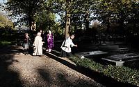 Nederland Utrecht 2018. Op 2 november (Allerzielen), de dag dat de R.K. Kerk de overledenen herdenkt, is er in de kapel van begraafplaats St. Barbara in Utrecht een Eucharistieviering met als hoofdcelebrant aartsbisschop kardinaal Eijk. Na afloop krijgen de misgangers een lichtje mee voor een te bezoeken graf. Kardinaal Eijk loopt onder meer langs de graven van de Utrechtse bisschoppen, die hij zegent met wijwater.  Foto mag niet in negatieve context worden gepubliceerd. Foto Berlinda van Dam / Hollandse Hoogte