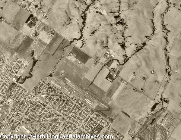 historical aerial photograph of the Petaluma Municipal Airport (O69), Petaluma, Sonoma County, California, 1993