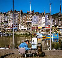 Frankreich, Normandie, Honfleur: Hafenstadt im Département Calvados, Maler im Alten Hafen und dem Saint Catherine Quay | France, Normandy, Département Calvados, Honfleur: Painter Working on Harbourside (Vieux Bassin)