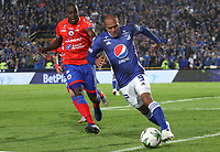 BOGOTÁ- COLOMBIA,25-05-2019:Juan Perez (Der.) jugador de Millonarios disputa el balón con Geisson Perea (Izq.) jugador del  Deportivo Pasto durante el cuarto  partido de los cuadrangulares finales de la Liga Águila I 2019 jugado en el estadio Nemesio Camacho El Campín de la ciudad de Bogotá. /Juan Perez (R) player of Millonarios fights the ball  against of Geisson Perea (L) player of Deportivo Pasto during the fourth match for the quarter finals B of the Liga Aguila I 2019 played at the Nemesio Camacho El Campin stadium in Bogota city. Photo: VizzorImage / Felipe Caicedo / Staff