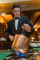 Italie, Val d'Aoste, Breuil-Cervinia: restaurant: la Chandelle à l'Hôtel: Hermitage - Préparation en salle du sabayon au muscat d'Asti,  // Italy, Aosta Valley, Breuil-Cervinia: Preparation of muscat sabayon Asti,  restaurant: la Chandelle at  Hôtel: Hermitage [Non destiné à un usage publicitaire - Not intended for an advertising use]