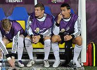 FUSSBALL  EUROPAMEISTERSCHAFT 2012   VORRUNDE Deutschland - Portugal          09.06.2012 Miroslav Klose (re, Deutschland) sitzt mit Toni Kroos (Mitte) und Marco Reus (re, Deutschland) zu Beginn des Spiels auf der Ersatzbank