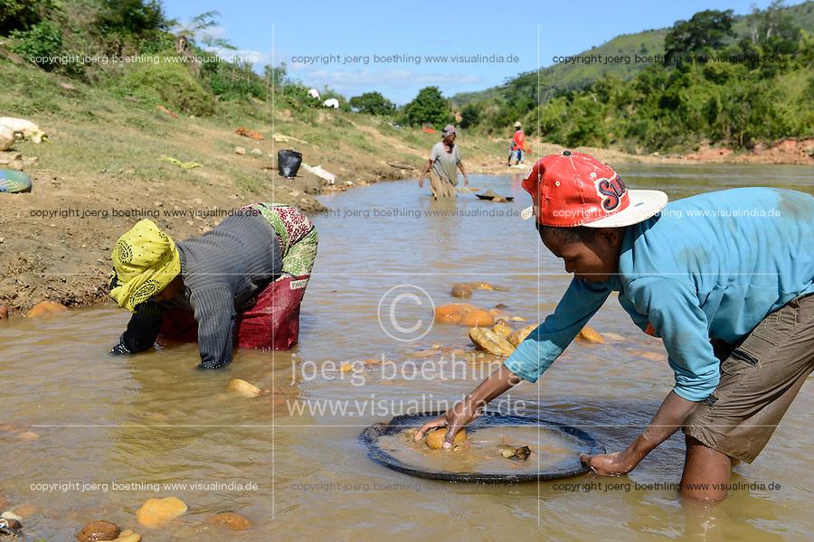 MADAGASCAR, region Manajary, town Vohilava, small scale gold mining, children panning for gold at river ANDRANGARANGA / MADAGASKAR Mananjary, Vohilava, kleingewerblicher Goldabbau, Kinder waschen Gold am Fluss ANDRANGARANGA