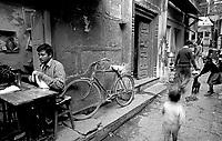 12.2003 Varanasi (Uttar Pradesh)<br /> <br /> Street of Varanasi.<br /> <br /> Rue de Varanasi.